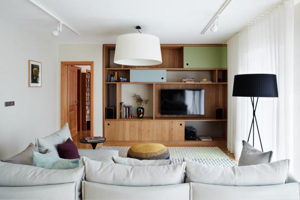 V dubové stěně je zabudovaná televize a příslušenství, přičemž zde zůstává dostatek místa třeba na knihy a DVD.