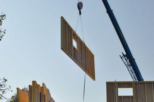 Dřevo si vybrali ikvůli rychlosti výstavby – hrubá stavba byla hotová skutečně velmi rychle, asi za 3 dny. Stavět začali vsrpnu 2011 auž na Vánoce se mohli stěhovat.