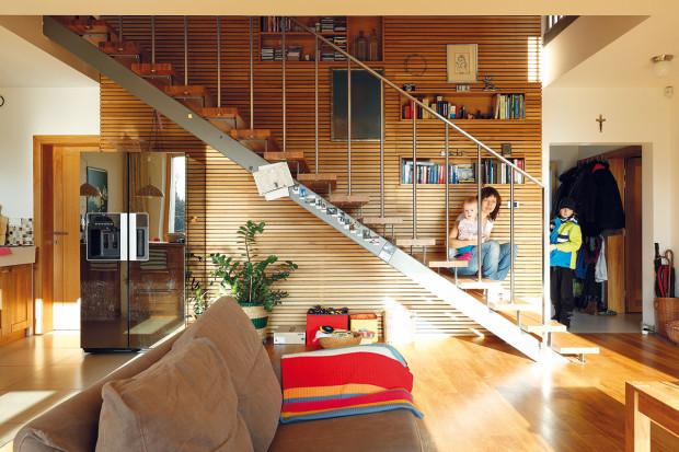 """""""Měla jsem vúmyslu navrhnout dům, vněmž se bude prolínat stejná idea zexteriéru dointeriéru,"""" říká architektka amajitelka vjedné osobě. """"Vinteriéru jsem proto použila hodně přírodních materiálů, zejména masivní dřevo. Líbí se mi azároveň dodá stavbě potřebné vlastnosti."""""""