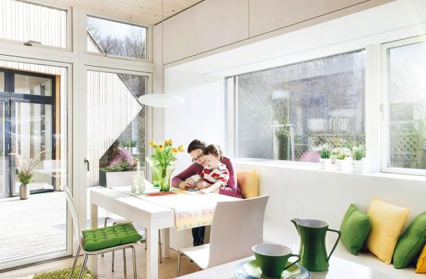 Zkuchyně se člověk pohodlně dostane do atria. Ivní dominuje bílá barva nábytku avýrazné doplňky zelené ažluté barvy, které světlý prostor hezky dotvářejí.