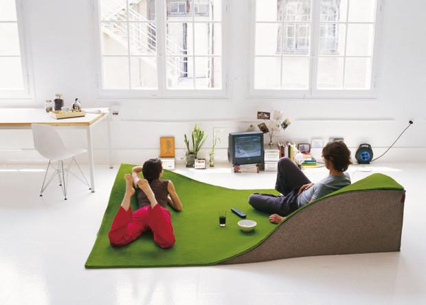 Létající koberec Nanimarquina Flying je zároveň sedačkou, která kdykoli uvolní prostor čemukoli jinému. Snadno uskladnitelné a kreativní řešení, nemyslíte? (foto: Nanimarquina)