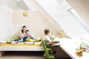 Bílá dominuje také dětskému pokoji, který je bohatě prosvětlen přes střešní okna. Nosným prvkem prostoru je velká pracovní plocha, kterou kluci využívali při hraní či kreslení.