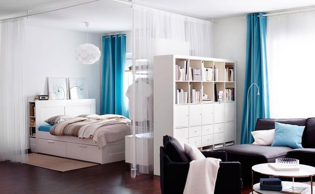 Beze stěn. Stavební příčky na oddělení místností v malých bytech nemají co dělat. Nahraďte je oboustranně využívanými policemi či vestavěnými skříněmi. Nebo jednoduše předělujte závěsy, prostor navíc bude po rozhrnutí působit vyšším dojmem. (foto: IKEA)