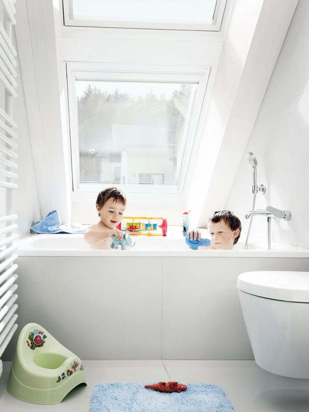 Ani vkoupelnách nechybí hodně denního světla. Střešní okna navíc nabízejí dostatek soukromí.