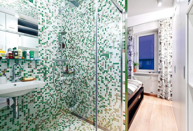 Namísto koupelny sprchový kout v ložnici? Vyspádovaná koupelna s odtokovým žlabem, nástěnným sprchovým systémem a umyvadlem bez dalšího členění je řešením, které ušetří maximum prostoru a nepůsobí stísněně. (foto: Dano Veselský, návrh: toito architekti)