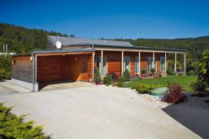 Pultová střecha je vseverní části zalomena pro umístění fotovoltaických panelů. Nosná konstrukce stěn apodlahy je zúsporných dřevěných Inosníků, střecha zpříhradových vazníků. FOTO ROBERT ŽÁKOVIČ