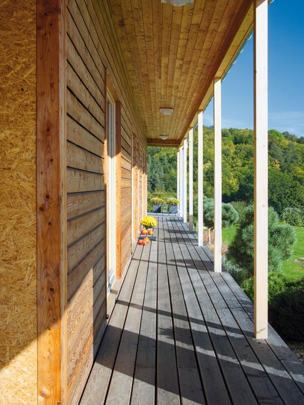 Mysleli na životní prostředí. Stavba je postavena zpřírodních materiálů: dřeva aplošných výrobků ze dřeva, izolací zdřevitých vláknitých materiálů, zkrátka materiálů příznivých pro životní prostředí. Použité materiály umožní ekologickou recyklaci aodstranění stavby po skončení životnosti. FOTO ROBERT ŽÁKOVIČ