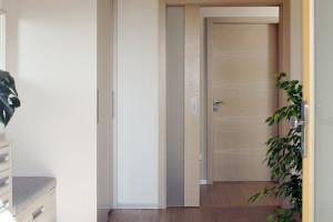 Decentní barevnost. Jednoduché řešení interiéru s hladkými čistými plochami je zcela v duchu celkové koncepce. Nač za každou cenu vyčnívat?