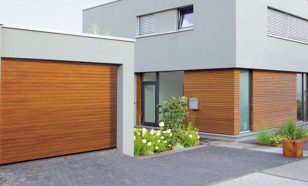 Samostatně stojící garáž nezabírá vdomě místo, navíc nehrozí, že vněm bude zdrojem hluku či zápachu. Vkaždém případě by však dům agaráž měly spolu ladit. FOTO HÖRMANN
