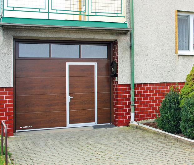 Do sekčních vrat lze vsadit zasklení nebo malé vstupní dveře, případně mohou mít vstupní dveře do domu tentýž design jakogarážová vrata. FOTO LOMAX