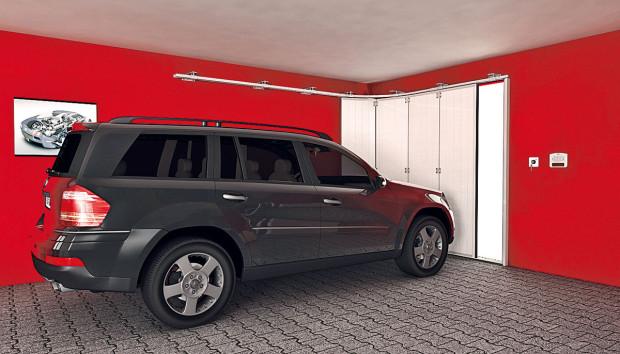 """Sekční vrata otevíraná do stran jsou výhodná, jsou-li pod stropem garáže překážky, například rozvody, police či háky na zavěšení kol. Princip je podobný jako uklasických sekčních vrat, jen """"otočený o90°"""". FOTO LOMAX"""