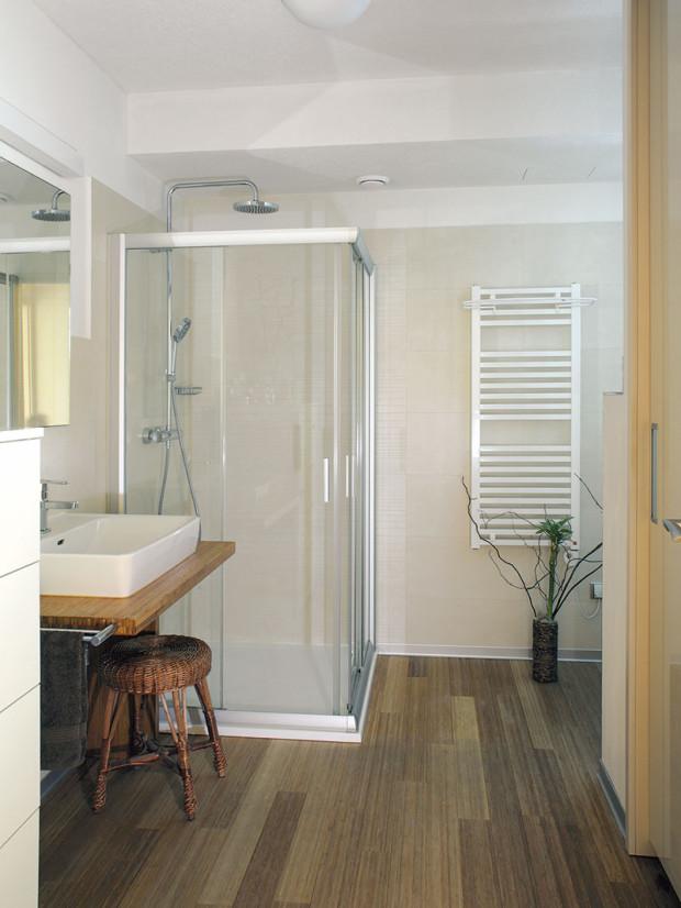 Opět bílá, béžová, struktura dřeva. Jasně, stručně, výstižně pojatá koupelna, ve které nic nechybí ani nepřebývá apříjemně se na ni kouká. FOTO ROBERT ŽÁKOVIČ