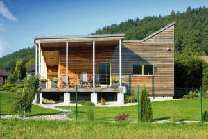 Dřevěný obklad na fasádě získává časem působením povětrnostních vlivů nezaměnitelnou patinu. Splynutí spřírodou je pak dokonalé. FOTO ROBERT ŽÁKOVIČ