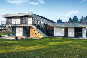 Nezvyklé výškové členění domu vychází zdaností terénu alogického rozdělení dispozice na tři funkční části. Foto Projektstudio