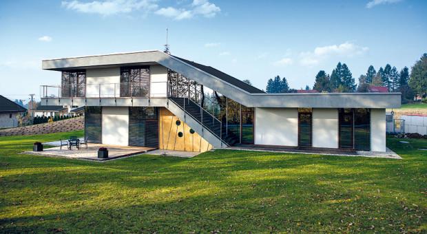 Originální dům pro čtyřčlennou rodinu se dokonale přizpůsobil pozemku