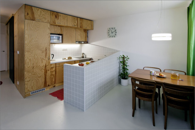 Jídelní stůl je prakticky umístěný přímo proti kuchyňskému pultu.