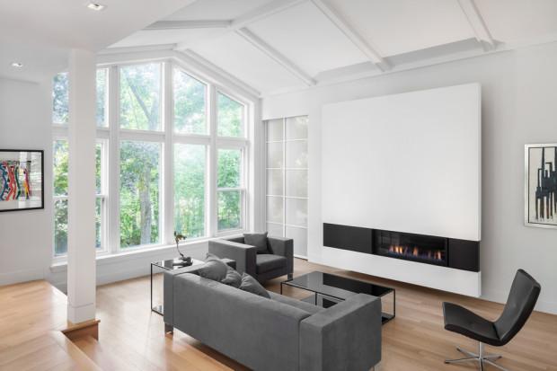Interiér tvoří v první řadě velký, otevřený obytný prostor, zalitý přirozeným světlem. Volba světlých barev, jemných textur a materiálu ještě více podtrhuje dojem prostornosti.