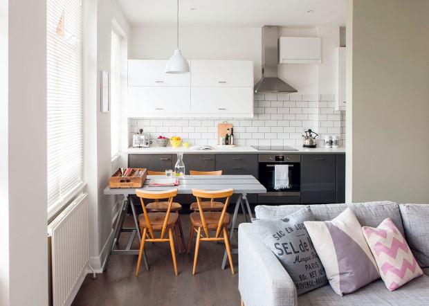 """Nenáhodné spojení. Kuchyňský stůl dokazuje malířčin talent najít levným věcem důstojné místo: nohy jsou vlastně obyčejné """"kozy"""", na pracovní desku použila dřevo zlešení."""