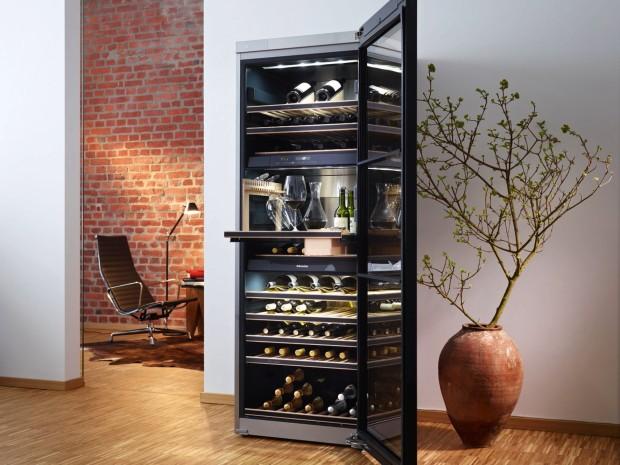 Elegantní a chladivá volně stojící vinotéka Miele KWT 6832 SGS disponuje vzhledem nábytku, takže byste nepředpokládali, že se v jejím nitru skrývá technologie ledničky. Umožňuje skladovat a temperovat současně tři druhy vína v samostatných zónách, nepřenáší vnitřní pachy a osvětlení polic jí dodává nádech luxusu. Do detailu vymyšlená vinotéka má ve vrchní části umístěný SommelierSet, který umožňuje podávat víno připravené na dekantaci ve vychlazených skleničkách. (foto: Miele)