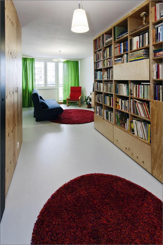 Byt není nijak zvlášť velký (74,5 m2), ale na rozdíl od všem známého bytu v paneláku působí mnohem prostorněji.