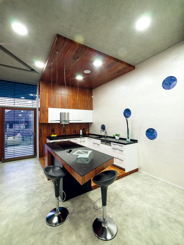 Interiér celého domu, kuchyni nevyjímaje, navrhl architekt David Kotek ve spolupráci se Zuzanou Sýkorovou. Velkou pozornost přitom věnovali výběru materiálů. Významný podíl na výsledku má i Robert Kupčík, který skvěle odvedl práci se dřevem. Foto Projektstudio
