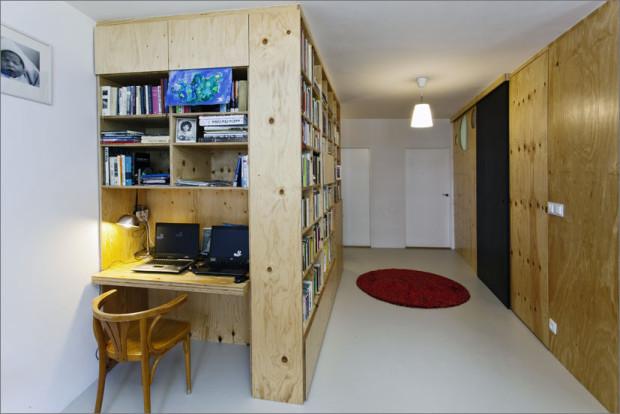 Pracovní kout je začleněn do nábytkové stěny formou niky.