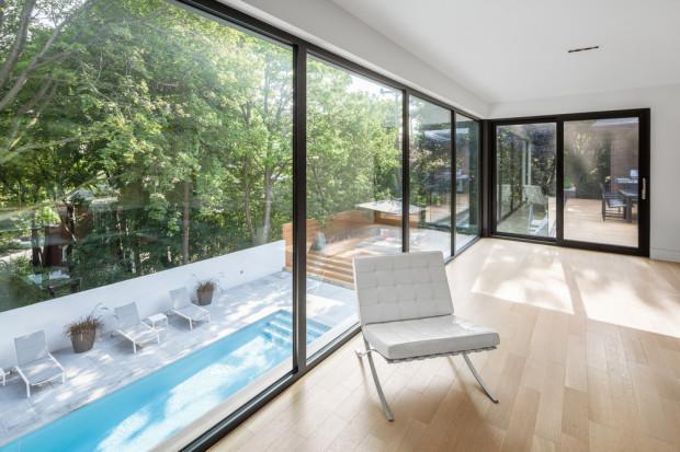 K obytnému prostoru, jemuž dominuje velká kuchyně, přiléhá prostorná venkovní terasa, z níž je překrásný výhled na plochu bazénu i do okolních korun javorů.