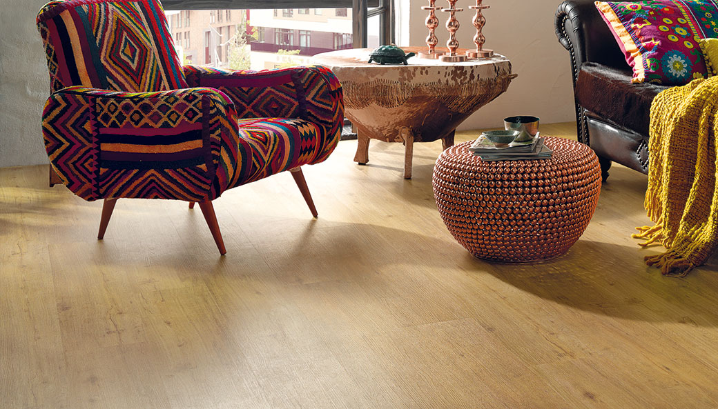 Co na podlahu − dřevo, vinyl, či korek?