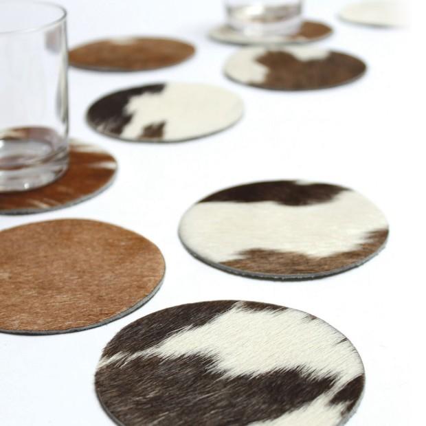 Rozetky pod poháry z kožešiny, design C.QUOI pro artificial, průměr 10 cm, 25 €/6 ks (souprava), www.ambientedirect.com
