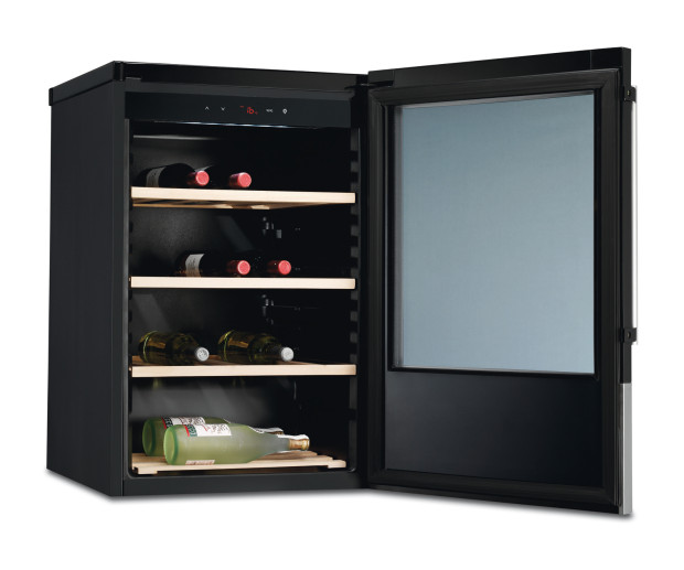 Domácí vinotéka Electrolux ERW1270AO, skleněné dveře, stříbrný rám a dřevěné police, kapacita 37 lahví, 850 x 550 x 538 mm, 9 890 Kč