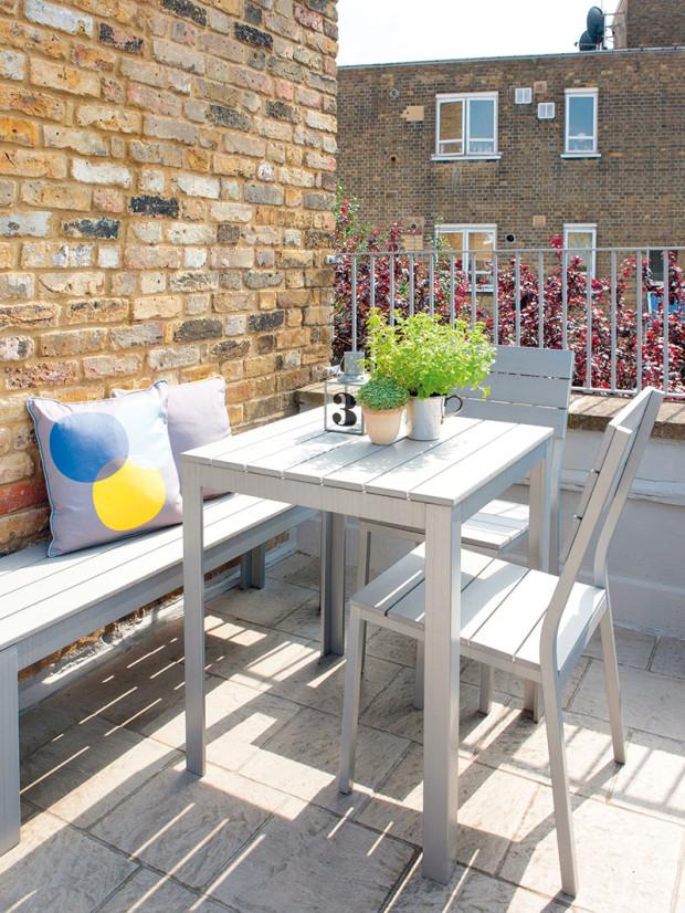 Kpříjemnému bydlení patří nezbytná terasa. Zahradní nábytek ve skandinávském stylu osvěžily polštáře sgrafickým vzorem znabídky obchodu Future & Found.