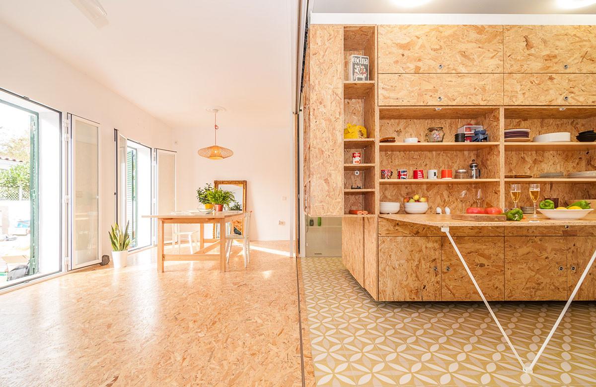 """Na podlaze najdeme keramickou dlažbu s výraznějším vzorem, ve druhé, vzdušné části (ponechané téměř bez nábytku) ji pokryly stejné dřevotřískové desky, jaké truhláři použili na výrobu """"srdce"""" domu."""
