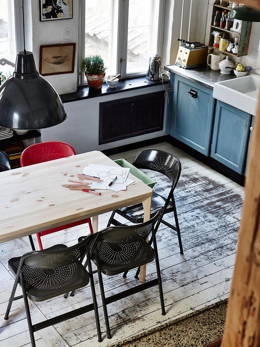 """Oprýskané dřevo palubek, kovové úchytky na kuchyňských dvířkách, kovové svítidlo s nezaměnitelnými tvary. Stačí do jednoduše pojatého moderního interiéru vnést pár """"průmyslových"""" detailů a industriální styl je na světě. (foto: IKEA)"""