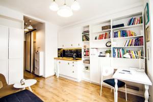 Všechno v jednom. Přestože plocha bytu může napovídat orůzných jeho omezeních, splňuje všechny požadavky jednotlivce. Vjednom prostoru se nachází kuchyň, pracovna nebo jídelna, obývací pokoj iložnice. FOTO LENKA VARGOVÁ