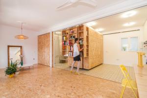 Celý posuvný nábytkový systém je vyroben na míru z dřevotřískových desek, které dávají interiéru útulný ráz.