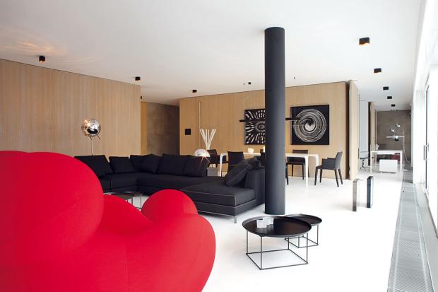 Na míru vyrobené otvíravé panely umožňují propojit aoddělit ložnice apracovnu od denní části bytu.