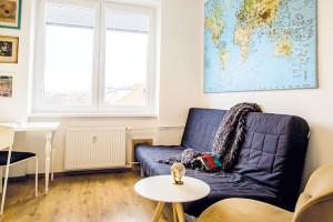 Nástěnná mapa nad gaučem/postelí upoutá již při vstupu do bytu. Vystihuje Lenčinu zálibu vmapách, cestovaní apoznávaní jiných kultur. Poctivě si do ní značí místa, která navštívila, asočekáváním hledá ta, která ji ještě čekají. FOTO LENKA VARGOVÁ