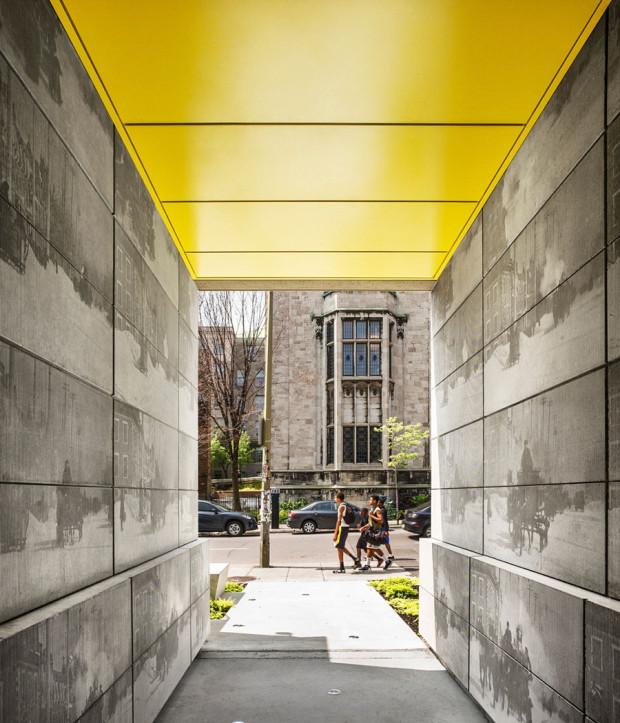 Vedle neutrálních barev šedé a bílé se v exteriéru i interiéru jako oživující, osvěžující prvek objevují žluté akcenty. Na stěnách, stropu, podlaze i na fasádě nebo v zahradě.Foto: Marc Cramer