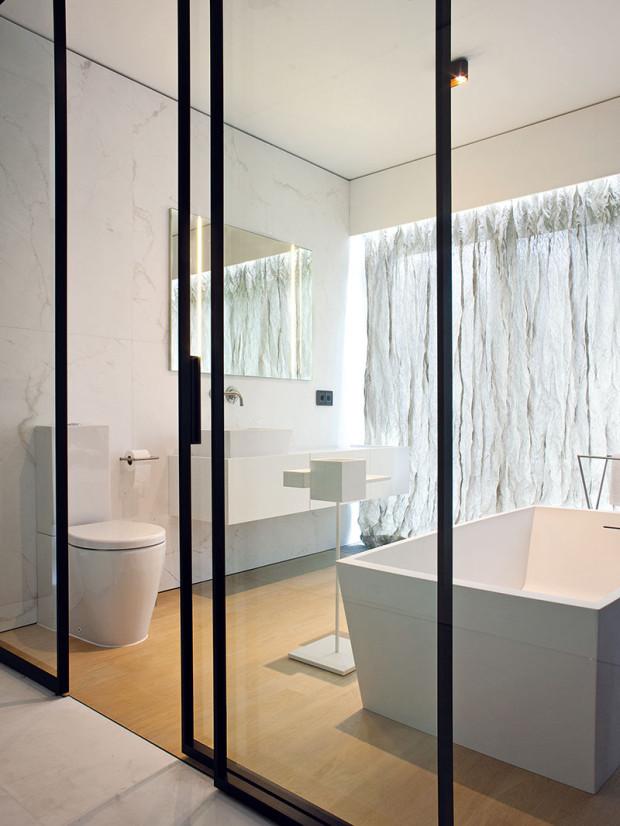 Koupelny jsou zařízeny vpodobném duchu, liší se hlavně barevným provedením. Všechny koupelny mají prosklené vstupy.