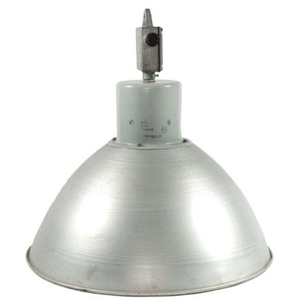Průmyslová kovová lampa se stínidlem z hliníku. Československo, 80. léta, Nanovo, 4 100 Kč