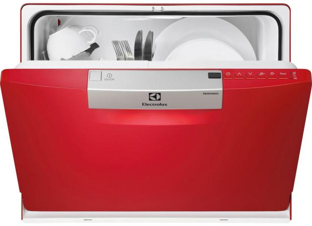 Myčka nádobí Electrolux ESF2300OH. S touto kompaktní myčkou nádobí maximalizujete kapacitu vaší kuchyně. Zabírá stejně místa jako rošt na sušení nádobí, ale je daleko účinnější. I přes její menší vnější rozměry se díky účinné technologii stane výkonným doplňkem menší kuchyně. Cena: 8933 Kč