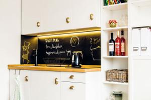 Kuchyň stabulovou barvou namísto zástěny slouží hlavně na přípravu rychlých večeří. Lenka vaří ráda, ale nejraději pro jiné. FOTO LENKA VARGOVÁ