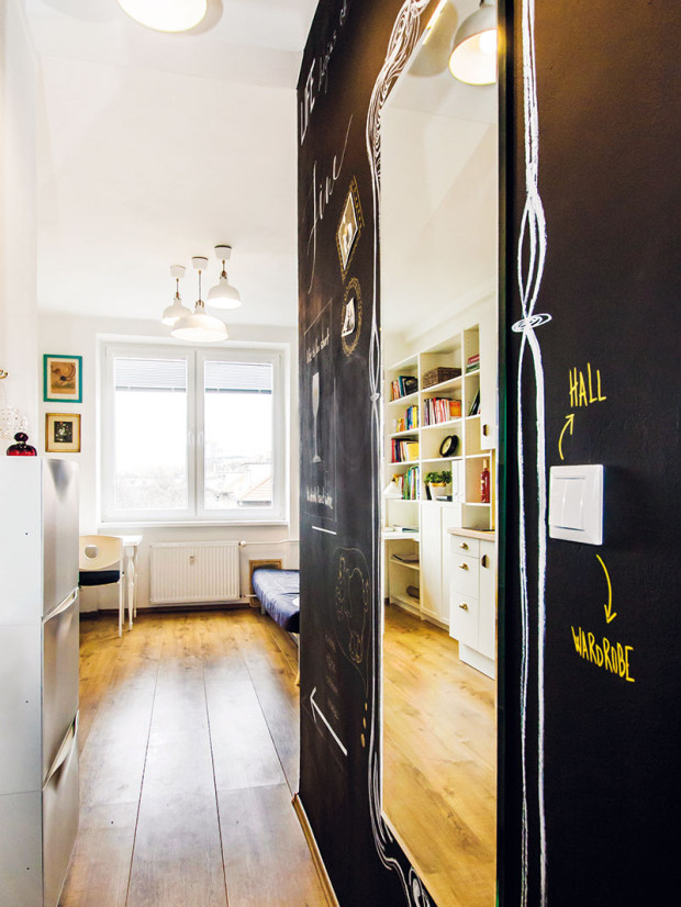 Zařízení bytu je jednoduché apraktické. Přírodní barva dřeva na podlaze doplněná bílou barvou avkusnými kousky nábytku působí útulně avzdušně, což je při této ploše nesmírně důležité.