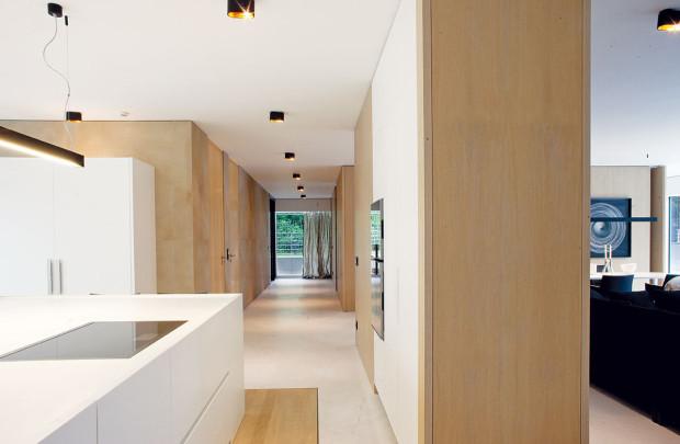 Otevřená konstrukce umožnila zachovat otevřenou dispozici – byt je průhledný všemi směry, zařízený na plnou výšku ase skvěle řešenými přechody mezi jednotlivými podlahami – vpohledech se idíky tomu neobjevují žádné rušivé prvky.