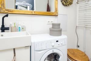 Koupelna je zařízená jednoduše, tak jako zbytek bytu, dominantní zůstává jen zrcadlo se žárovkami, které odrážejí ženskost majitelky.