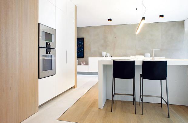 Střídmé barvy, materiály nejvyšší kvality – kuchyň působí dostatečně reprezentativně.