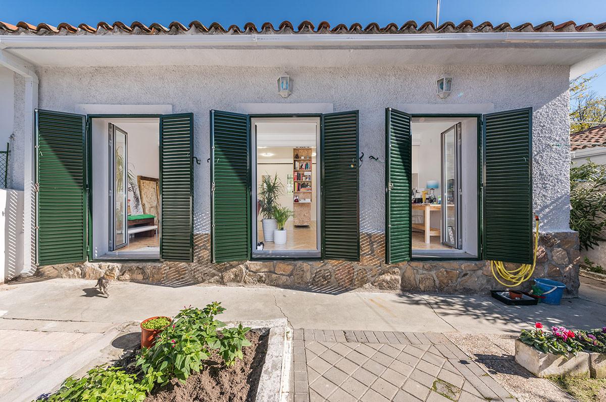 Tento nepříliš prostorný jednopodlažní dům se nachází v klidné obytné čtvrti na severu Madridu. Menší prostor uvnitř vynahrazuje velkorysá zahrada za domem, což je v teplém španělském podnebí víc než příjemné.