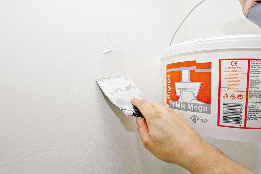 Trhliny ve zdi je před malováním potřeba vyplnit tmelem – jde to snadno pomocí stěrky.