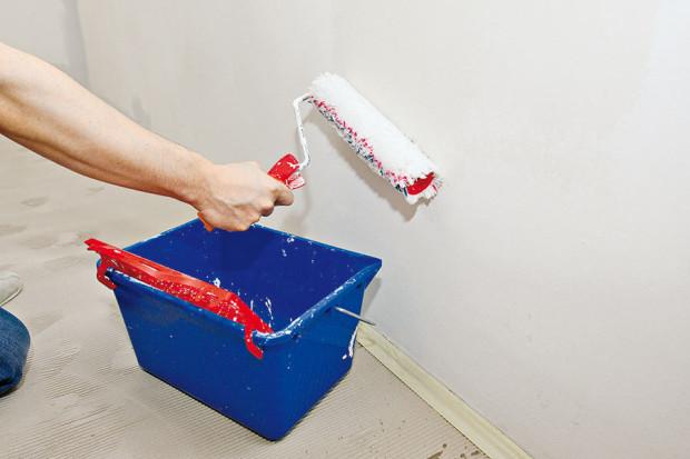 Na velké plochy použijte váleček. Do barvy vložte malířskou mřížku nebo barvu nalijte do malířské vaničky. Váleček po nabrání barvy dobře otřete. Barvu nanášejte do písmene V a véčka přetírejte. Barva se tak dobře rozprostře a nebude dělat kocoury. (foto: Dano Veselský)
