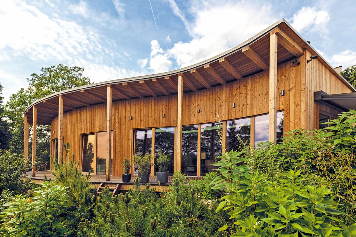 Střecha domu měla být původně zelená, majitelé však od ní (i po zkušenostech s menší stavbou sauny, na které ji použili), upustili. Tenká vrstva hlíny na ní totiž rychle prosychá, na domě by tak musela být výrazně větší, což by však představovalo příliš velkou zátěž. Na střeše se proto nachází jen vrstva štěrku, což je však spíše pohledová záležitost. FOTO DANO VESELSKÝ